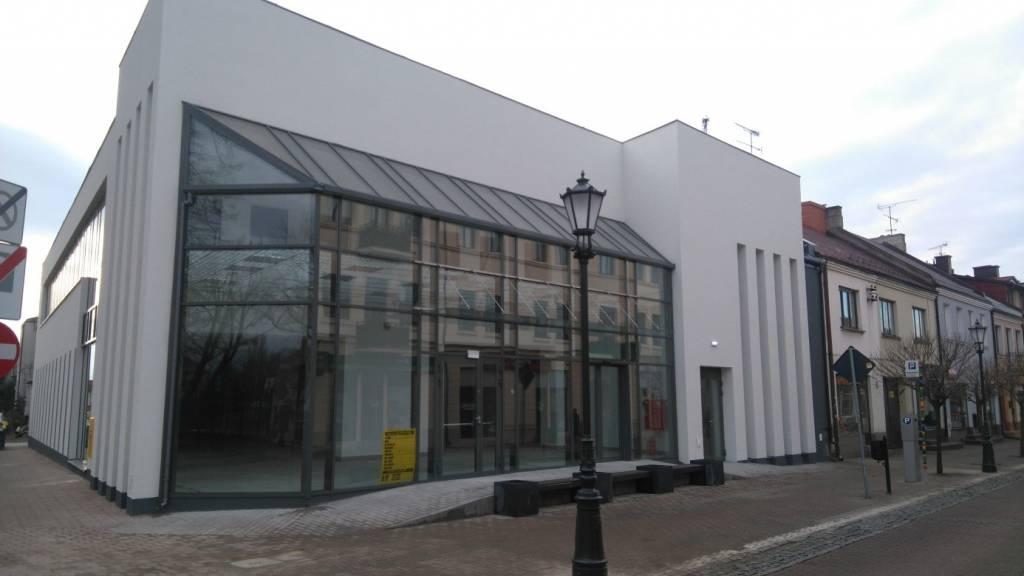 Nowoczesny budynek na ulicy Zduńskiej w Łowiczu